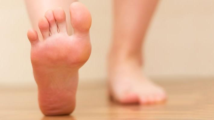 La uña encarnada produce dolor e inflamación