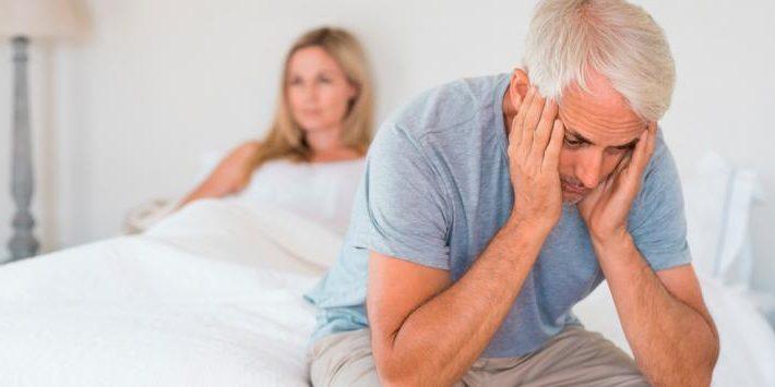 ¿Por qué disminuye el deseo sexual de los hombres con la edad? ¿Hay solución?