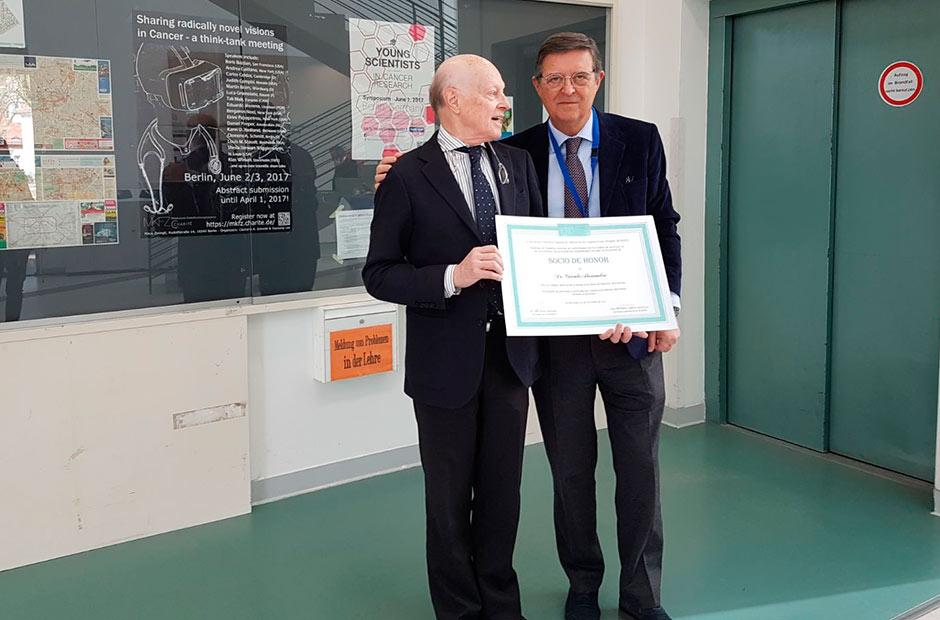 El Dr. Pastor entrega al Dr. Alexandre, neurocirujano de Treviso, el diploma de miembro honorario de la Aceoot