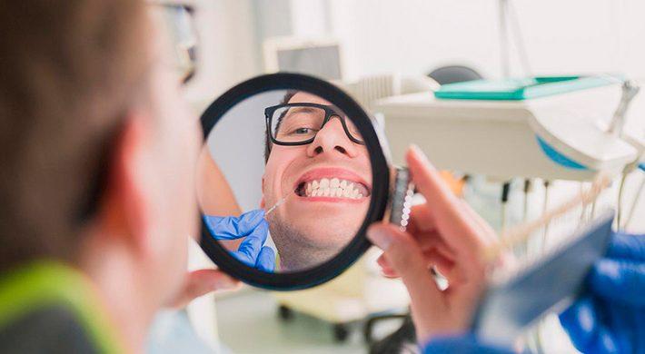 ¿Qué causa las encías oscuras o melanosis gingival?