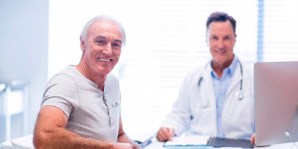 Doctor y paciente de medicina interna
