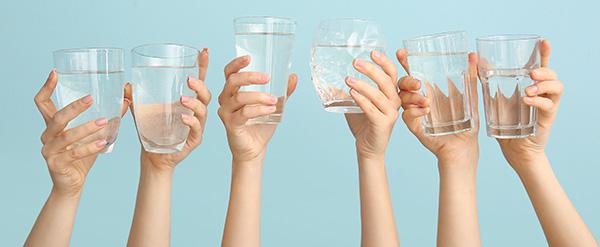 Agua, 7 vasos al día para hidratar la piel