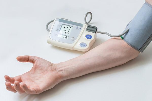 Persona con niveles normales de tensión arterial, según la escala de la Asociación Americana del Corazón