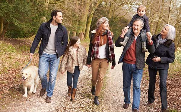 familia caminando siguiendo consejos para prevenir digestiones pesadas.